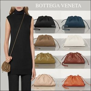 新作★BOTTEGA VENETA★THE POUCH 20 IN BUTTERショルダーバッグ